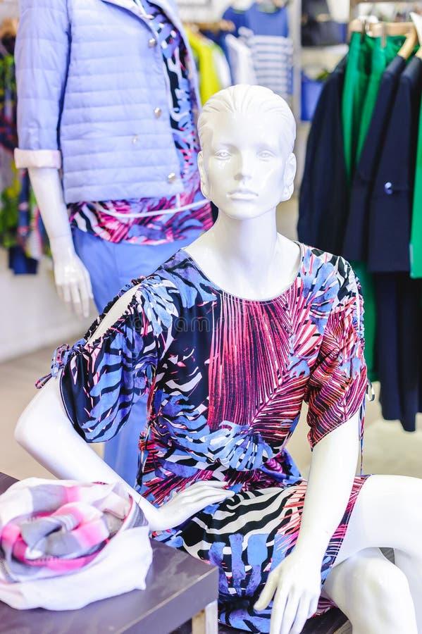 Russland, Nowosibirsk - 25. April 2018: Innenraum der Kleidungs und der Zusatzspeicherboutique EMPORIO der Frauen stockbilder