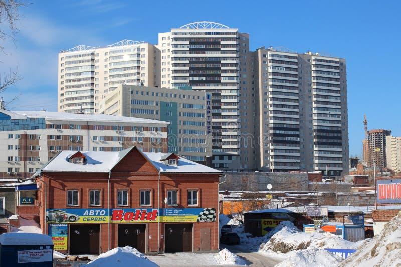 Russland, Nowosibirsk, am 21. Februar 2015: Militärstraße der modernen Stadtentwicklung mit einem hohen Geschäftszentrum und eine stockfotos