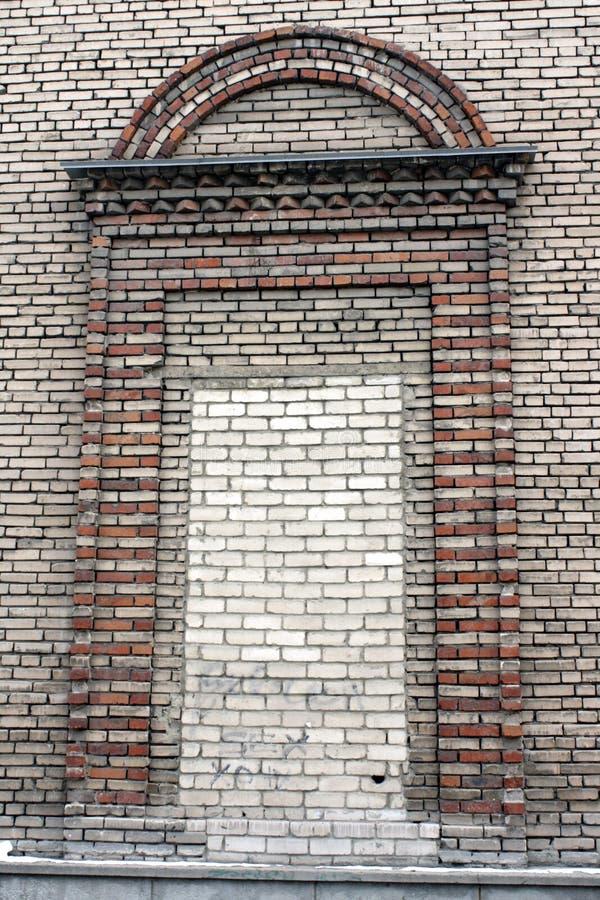 RUSSLAND - 30. OKTOBER 2013 ein großes Ziegelsteinfenster in einem sowjetischen Gebäude der grau-braunen Farbe stockfoto