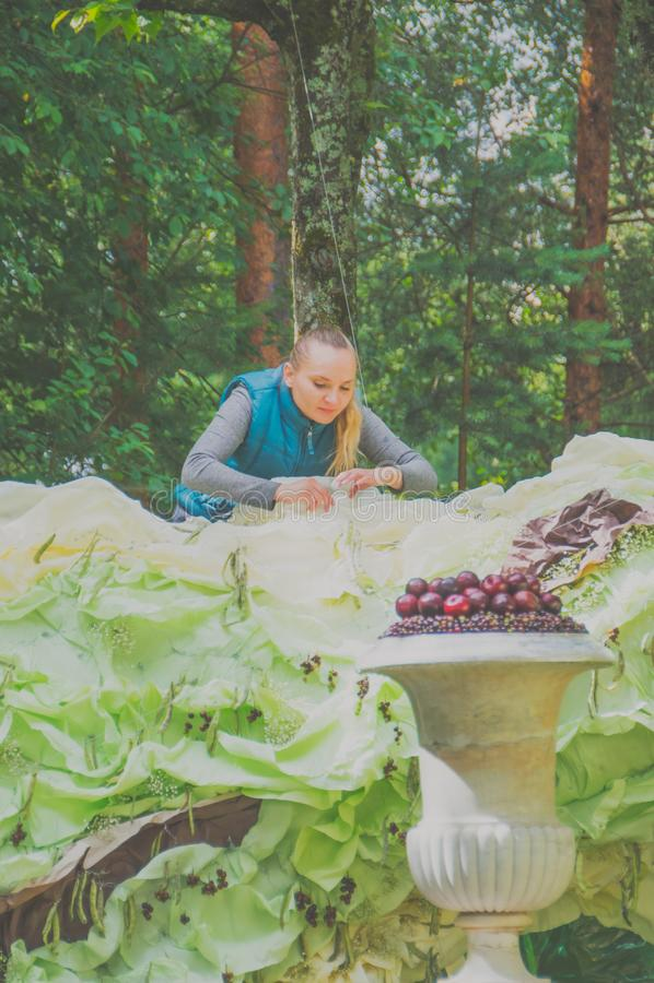 Russland, Pavlovsk-Park, am 22. Juli 2017 Mädchendesigner bereitet vor stockbild