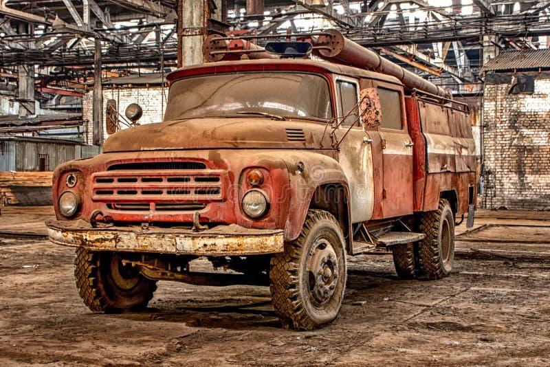 Russland, Ryazan 31 01 2019 - Altes rostiges verlassenes sowjetisches Löschfahrzeug im großen Hangar lizenzfreie stockfotografie