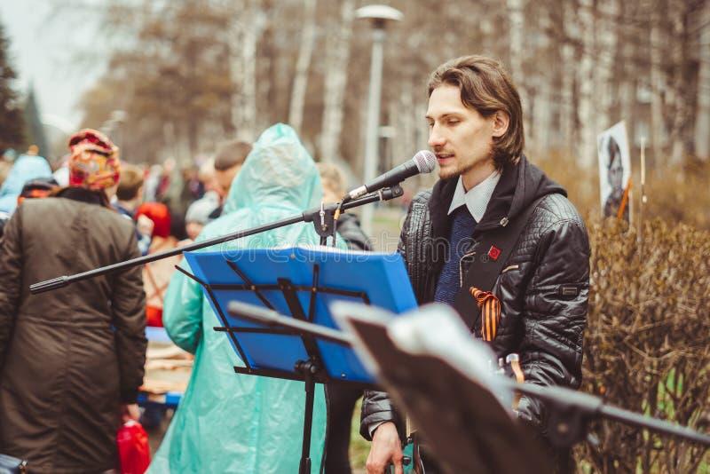 Russland, Sibirien, Novokuznetsk - können 9, 2017: Musiker singen in der Straße lizenzfreie stockfotografie