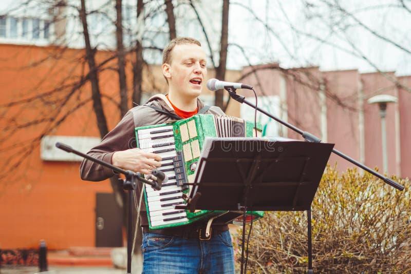Russland, Sibirien, Novokuznetsk - können 9, 2017: Musiker singen in der Straße lizenzfreies stockbild