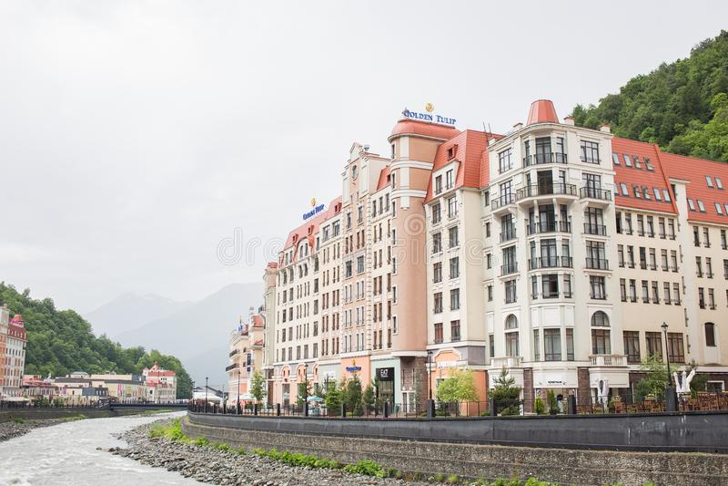 RUSSLAND, SOCHI - 25. MAI 2018: Schönes Gebäude goldene Tulpe, Rosa Khutor Krasnaya Polyana lizenzfreies stockfoto