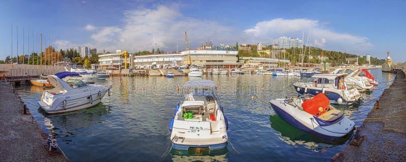 RUSSLAND, SOCHI - 5. SEPTEMBER 2015: Boote und Yachten im ` Segeln zentrieren ` lizenzfreie stockbilder