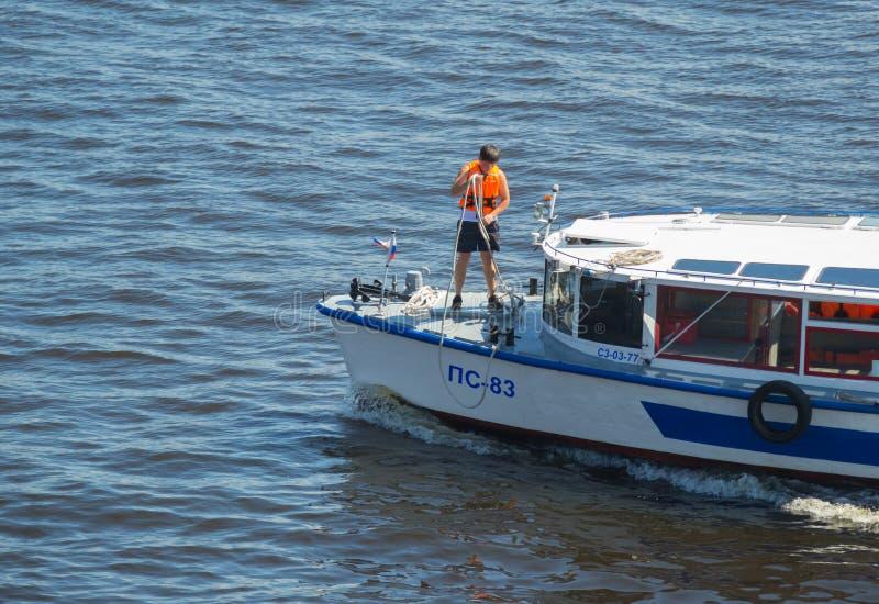 Russland St Petersburg im Juli 2016 ein Seemann zum sich vorzubereiten, das Schiff festzumachen lizenzfreie stockfotos