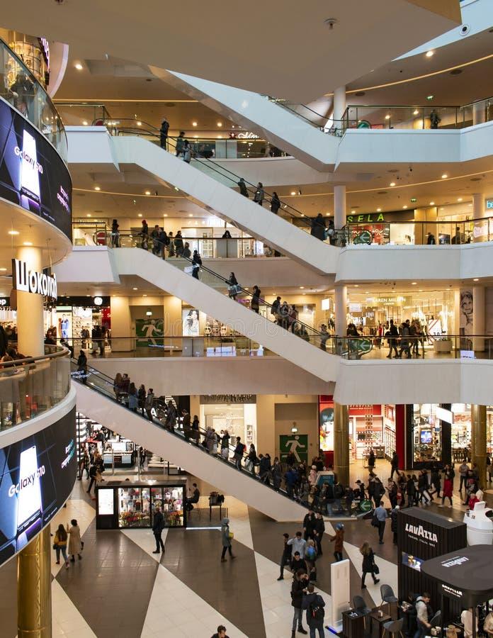 Russland, St Petersburg, am 27. März 2019 Innenraum eines modernen Einkaufszentrums lizenzfreie stockfotos