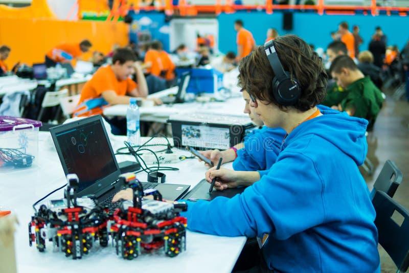 Russland, St Petersburg am 6. Oktober 2018: Junger Mann, der auf dem Computer programmiert Bildung, Wissenschaft, Technologie stockbilder