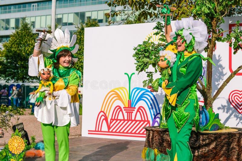 Russland, Stadt Moskau - 6. September 2014: Marionettenschauspieler spielen Show auf der Straße Marionetten in den Händen des F stockfotos