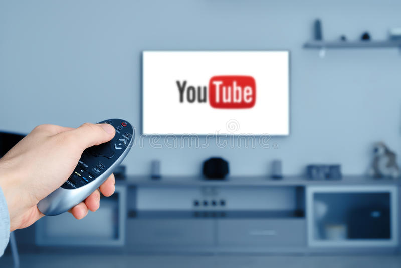 RUSSLAND, Tyumen - 8. Januar 2017: YouTube-APP im intelligentem Fernsehen Yout stockfotografie