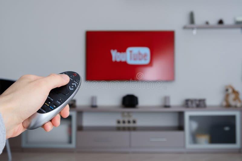 RUSSLAND, Tyumen - 8. Januar 2017: YouTube-APP im intelligentem Fernsehen YouTube erlaubt Milliarden Leute zu entdecken, aufzupas stockbilder
