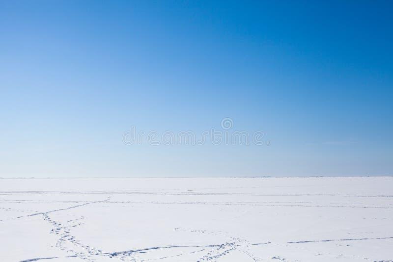 Russland, UralJanuary, Temperatur -33C blauer Himmel und weißer Schnee stockfotos