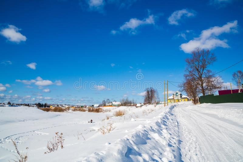 Russland, UralJanuary, Temperatur -33C landschaft Einfache schneebedeckte Reifenbahnen - Porträt Sonniger Tag Blauer Himmel Weiße stockfotografie