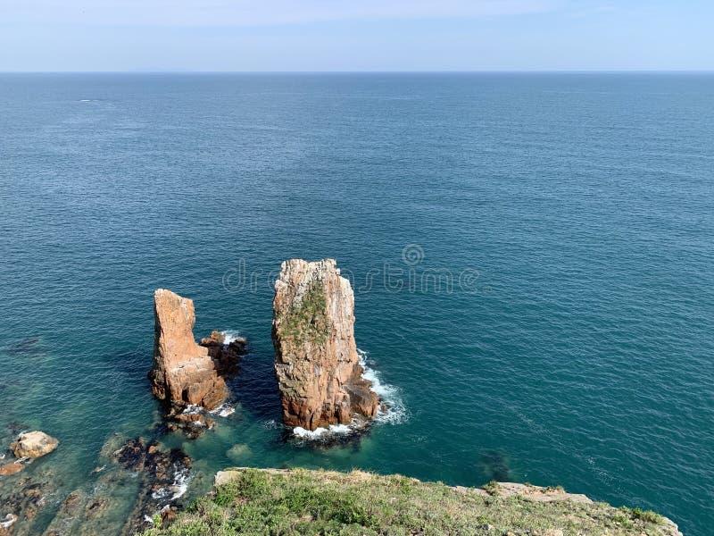 Russland, Wladiwostok Einzelne Felsen vor der Küste der Insel von Shkot stockfotografie