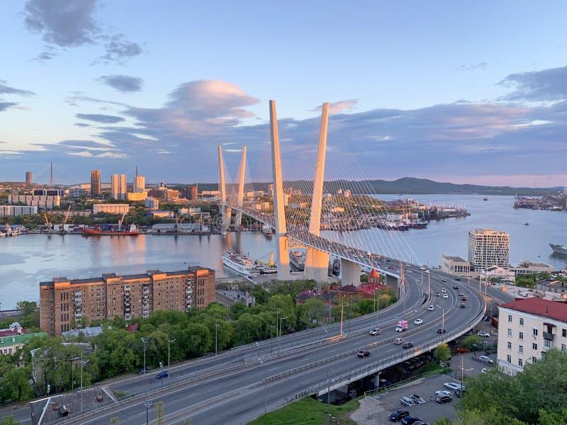 Russland, Wladiwostok Goldene Brücke in der untergehenden Sonne lizenzfreie stockbilder