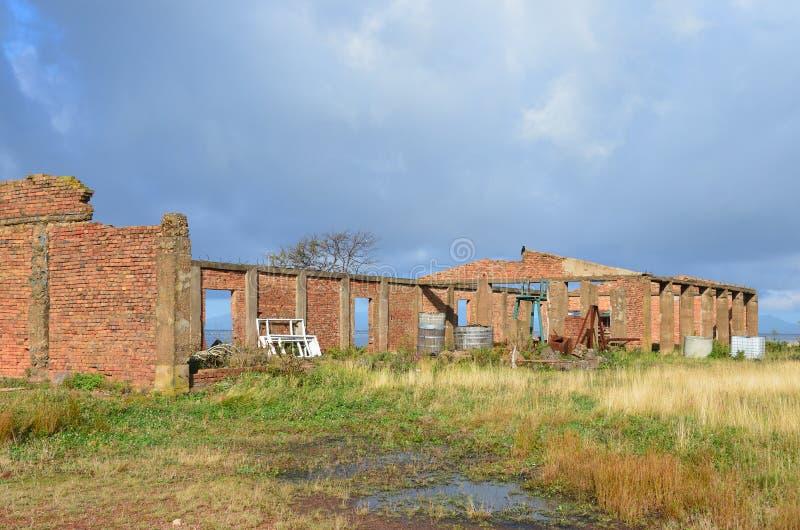 Russland, Wladiwostok, Insel Russe, die ruinierten Militärkasernen des roten Backsteins in der Bucht Voevoda lizenzfreie stockbilder