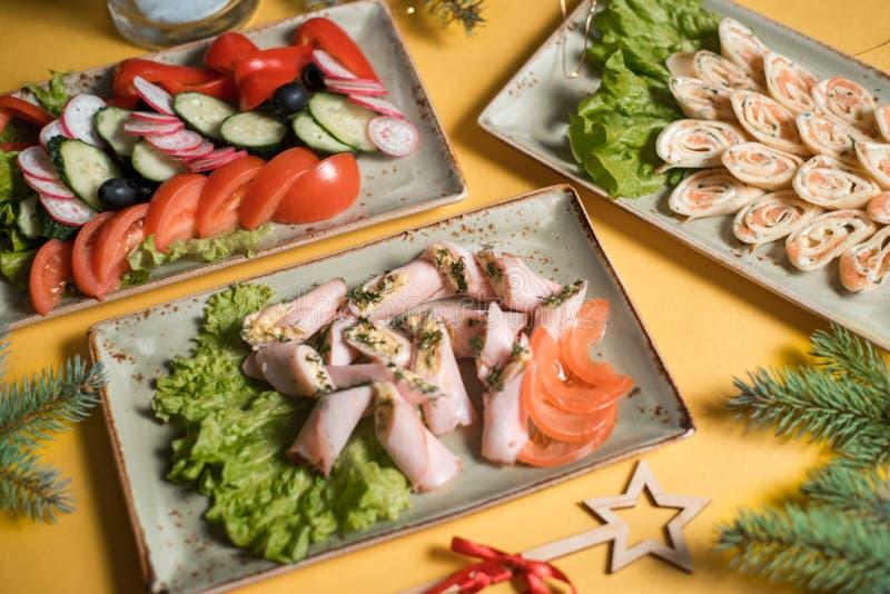 Russo da salada de ano novo e ucraniano tradicionais - ensalada russa na tabela festiva imagem de stock royalty free
