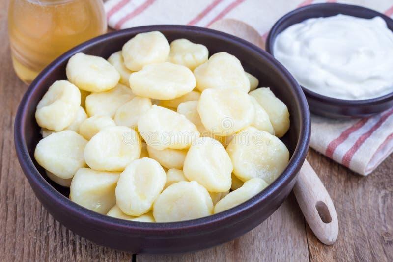 Russo tradicional, requeijão ucraniano & x22; lazy& x22; bolinhas de massa servidas com iogurte e mel foto de stock