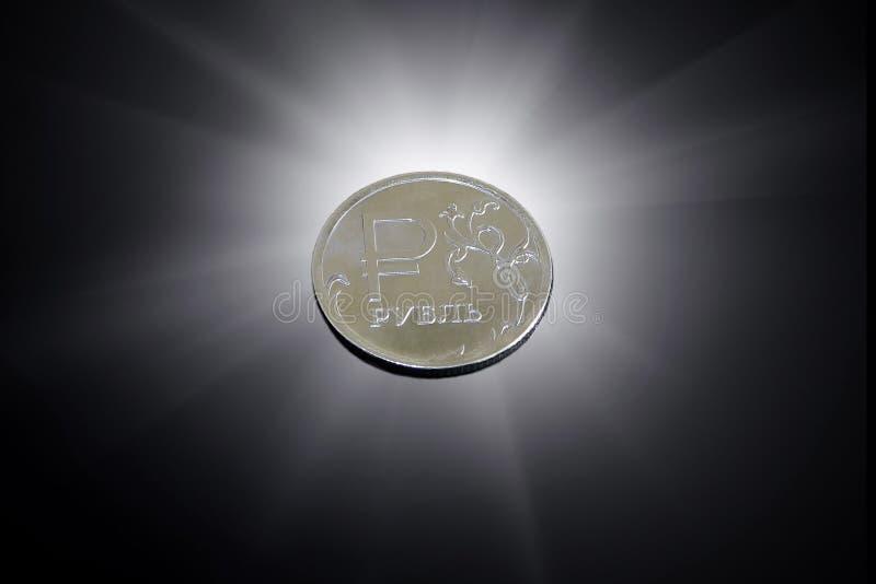 Russo uma moeda do rublo em um fundo preto fotografia de stock royalty free