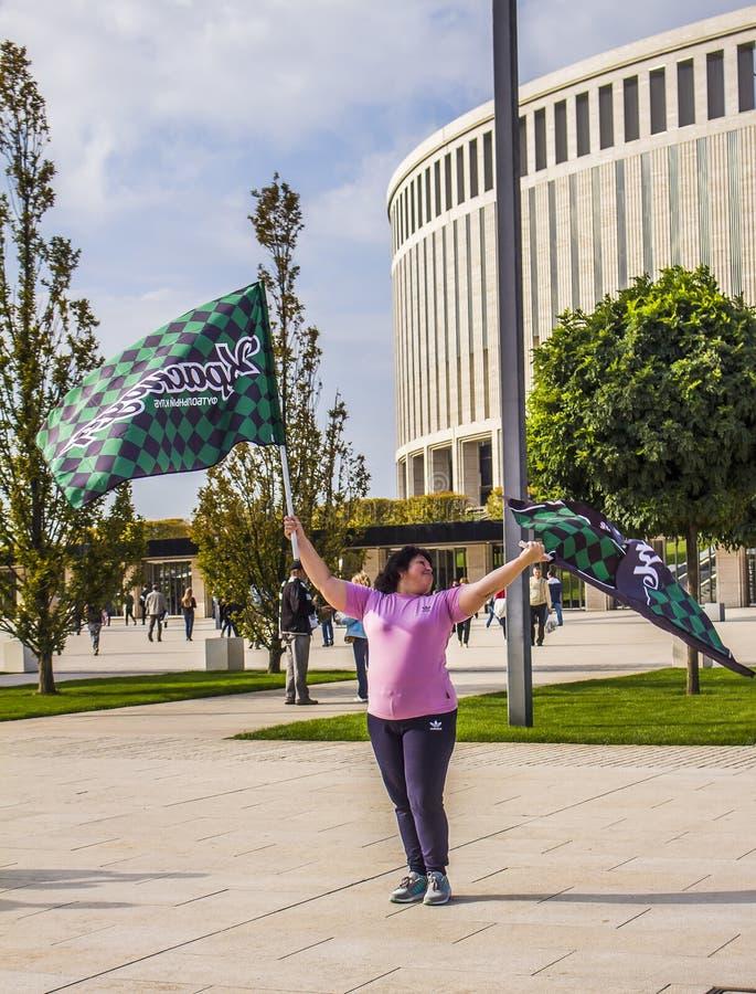 Russsia, Krasnodar, 30 2018 Wrzesień: kobieta z chorągwianego futbolu klubem fotografia royalty free