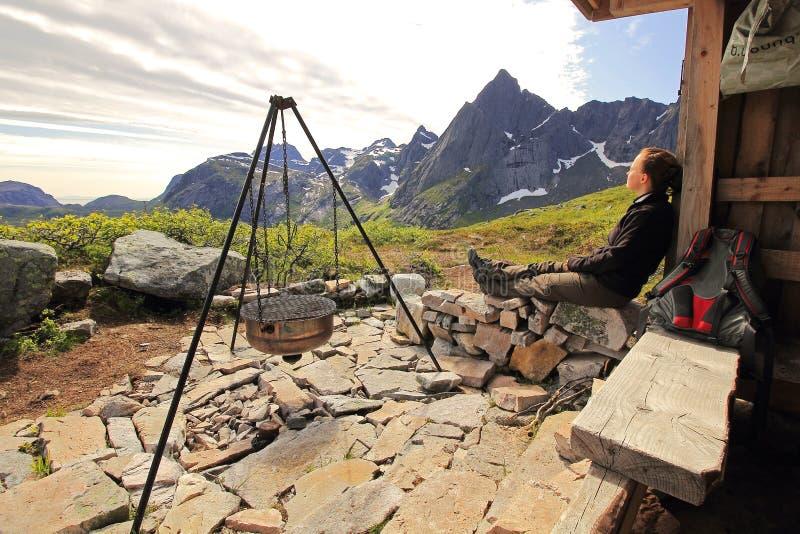 Rust bij een berghut stock afbeelding