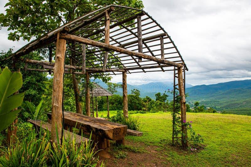 Rust huis met bergmening in Chiang Mai-provincie royalty-vrije stock fotografie