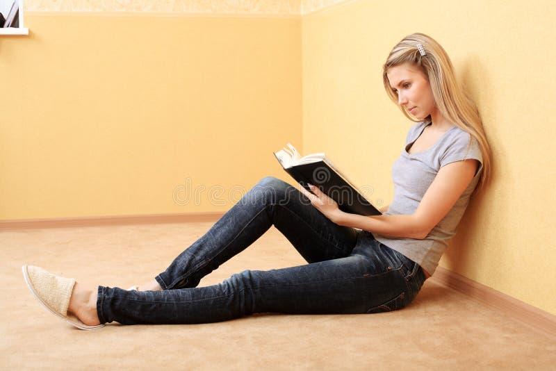 Rust met een boek stock fotografie