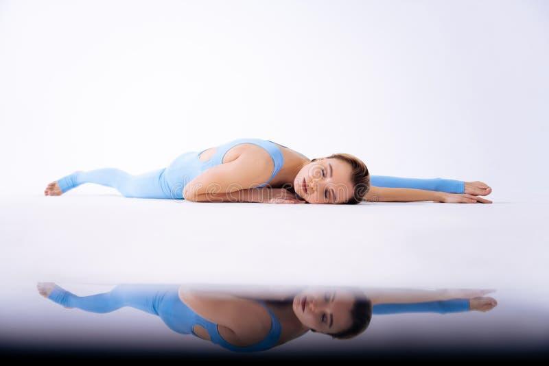 Rust ontspannen vrouw die met haar gesloten ogen liggen stock foto