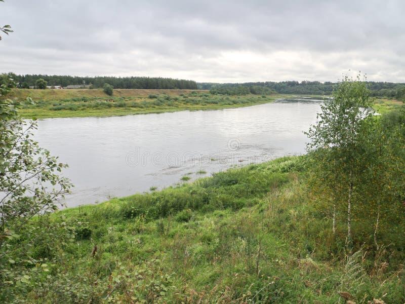 Rust op de rivierbank stock fotografie