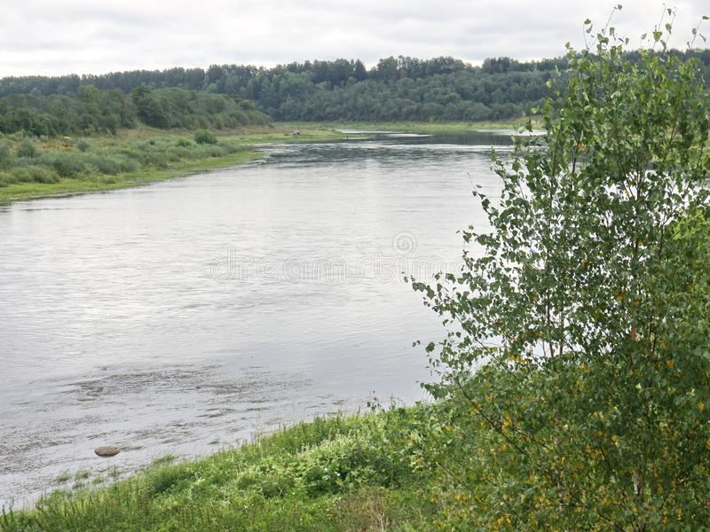 Rust op de rivierbank stock afbeelding