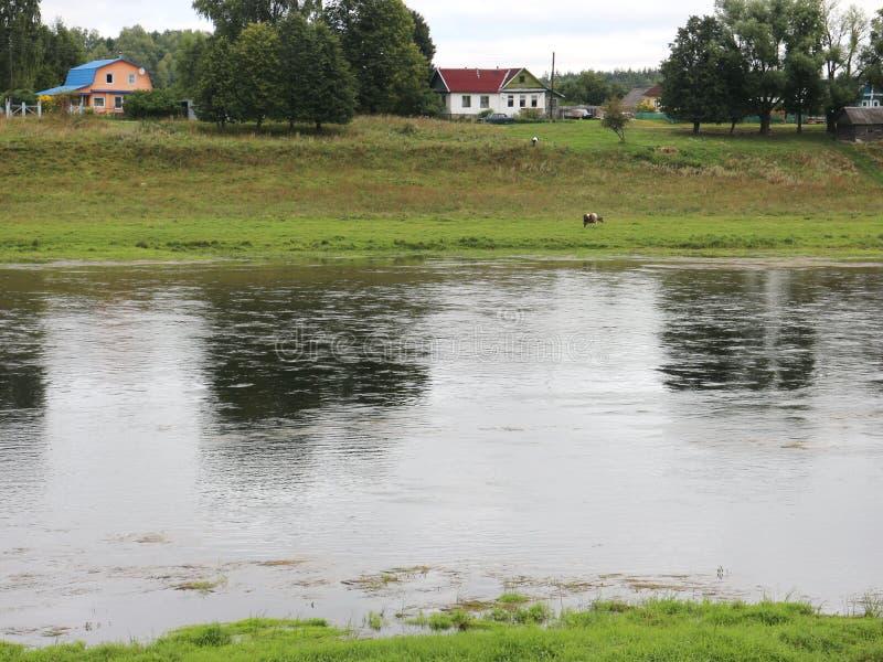 Rust op de rivierbank stock foto