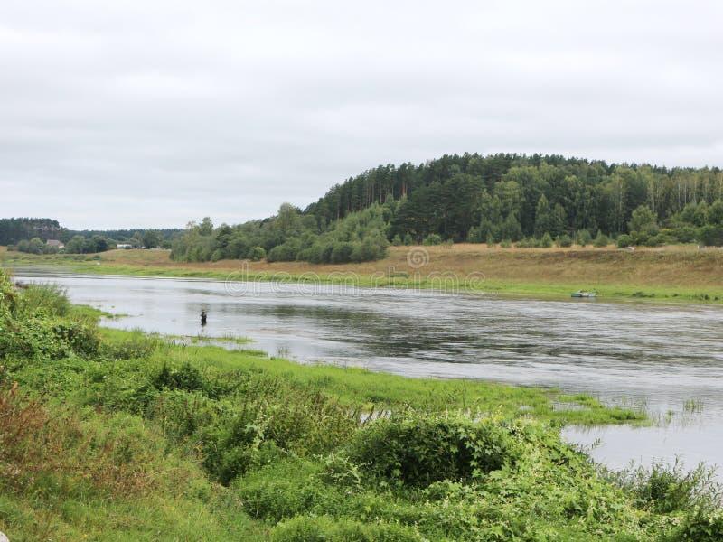 Rust op de rivierbank stock foto's
