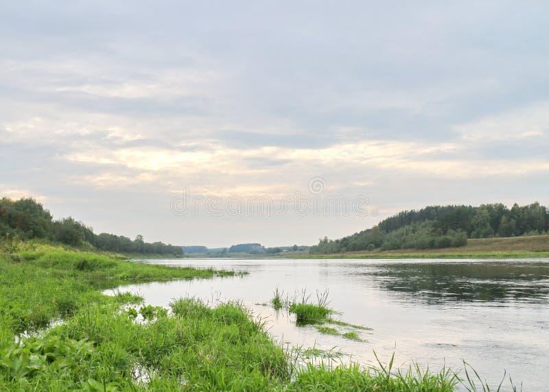 Rust op de rivierbank royalty-vrije stock fotografie