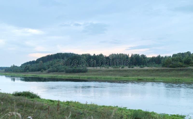 Rust op de rivierbank royalty-vrije stock foto