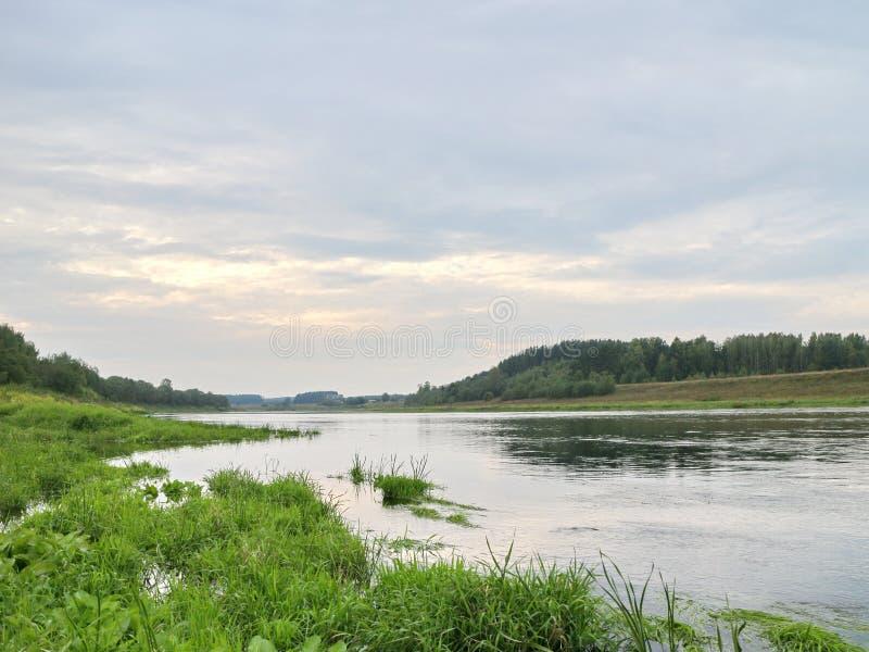 Rust op de rivierbank stock afbeeldingen