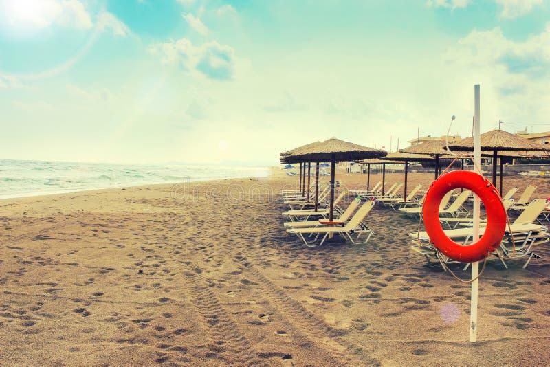 Rust op een tropisch eiland - de horizon en het gele zand stock afbeelding
