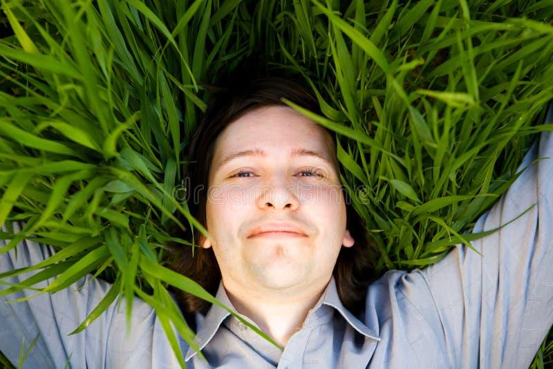 Rust op het gras stock fotografie