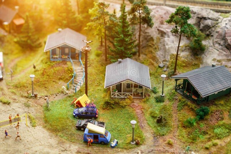 Rust op het meer met tenten in miniatuur royalty-vrije stock afbeelding
