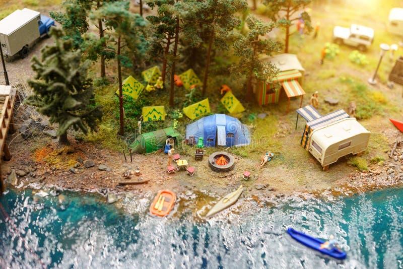Rust op het meer met tenten in miniatuur royalty-vrije stock foto's