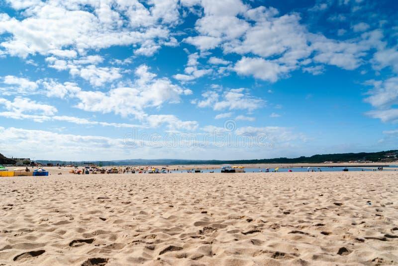 Rust op het zandstrand de zomerfoto dichtbij overzees Het strand op Foz doet A royalty-vrije stock foto
