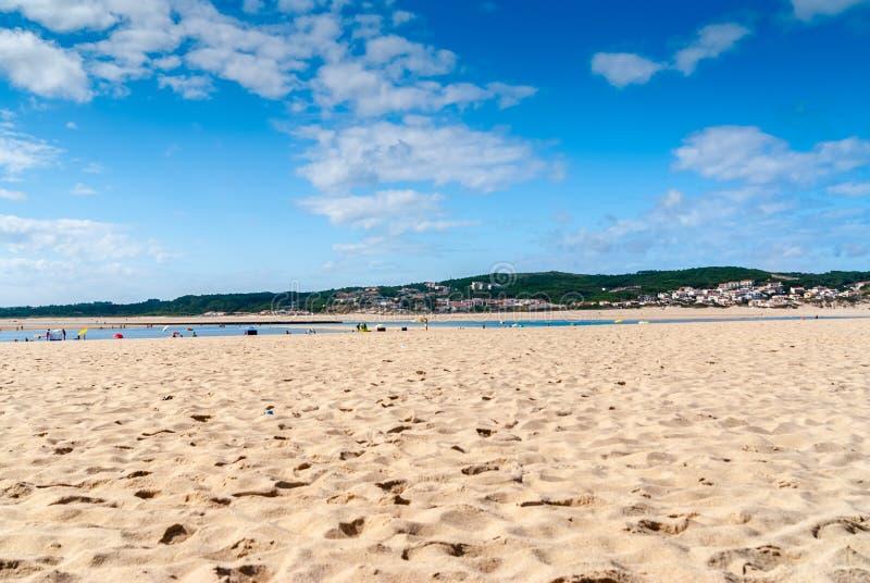 Rust op het zandstrand de zomerfoto dichtbij overzees Het strand op Foz doet A royalty-vrije stock afbeelding