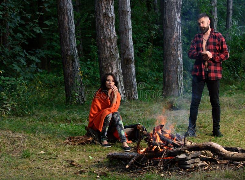 Rust openlucht, stijging, picknick, barbecue, vakantie Hipster met droevig gezicht royalty-vrije stock afbeeldingen
