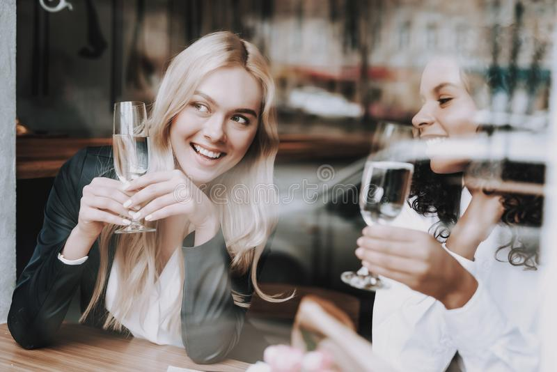 Rust samen Blond meisje mulatto zit Koffie royalty-vrije stock fotografie