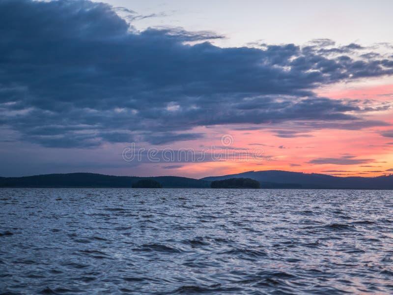 Rust, sereniteit, meditatieconcept Zonsondergang op het meer, stil water, wolkenloze hemel stock foto