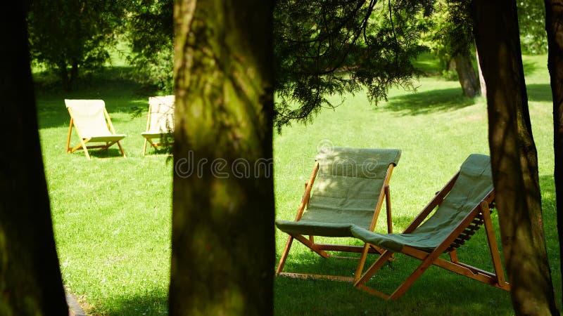 Rust stoelen in de tuin Toevluchtconcept stock foto