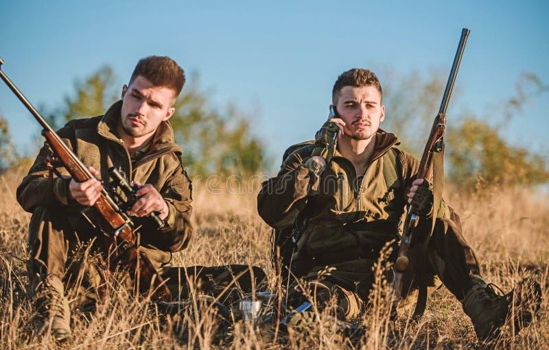 Rust voor echt mensenconcept Jagers die met geweren in aardmilieu ontspannen De jacht met de vrije tijd van de vriendenhobby stock fotografie