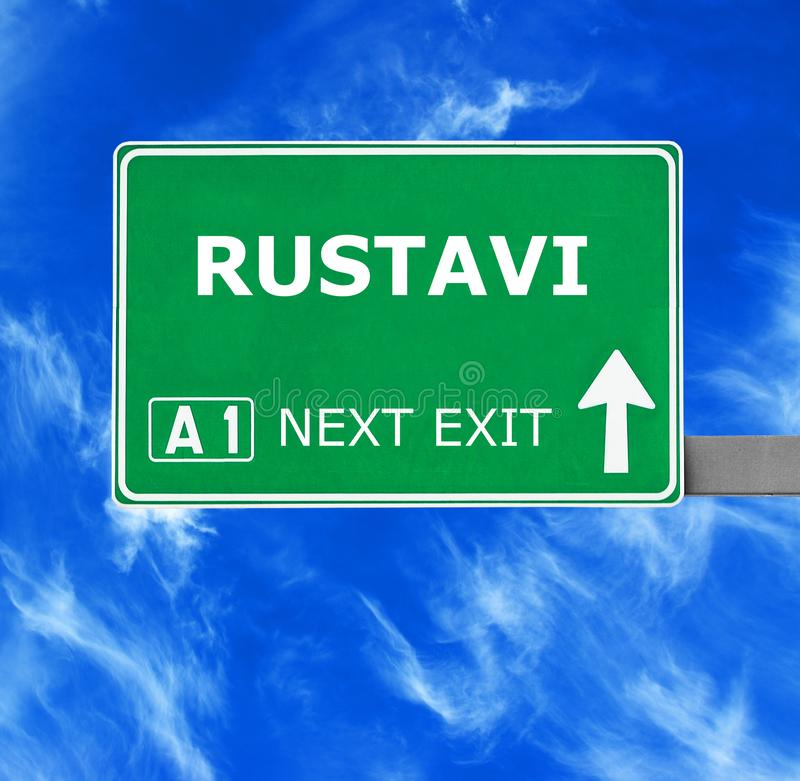 RUSTAVI verkeersteken tegen duidelijke blauwe hemel stock afbeelding