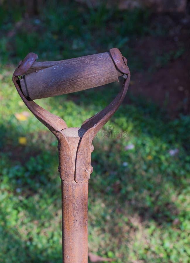 Rusted beschädigte Griff eines alten Gartenwerkzeugs lizenzfreie stockfotos