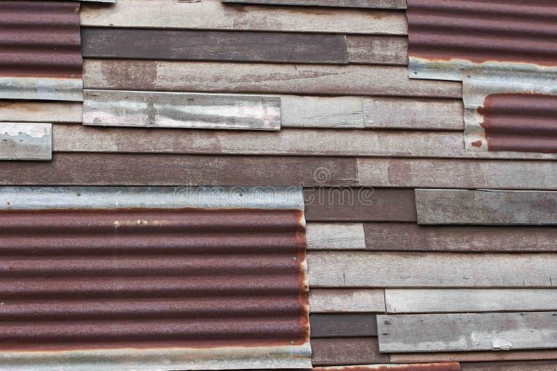 Rusted galvanizou o ferro e a parede de madeira foto de stock