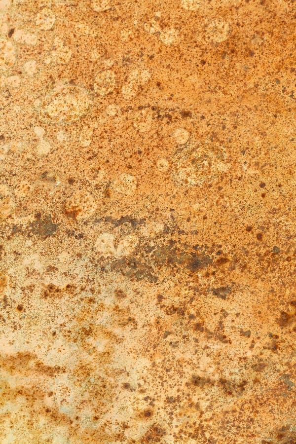 Rusted pintou a parede do metal O fundo oxidado do metal com as raias da oxidação a superfície de metal oxidou pontos fotografia de stock